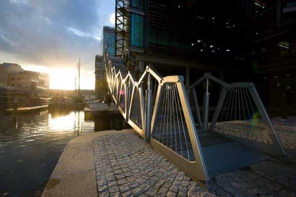 Мост Rolling Bridge в Лондоне (Великобритания)