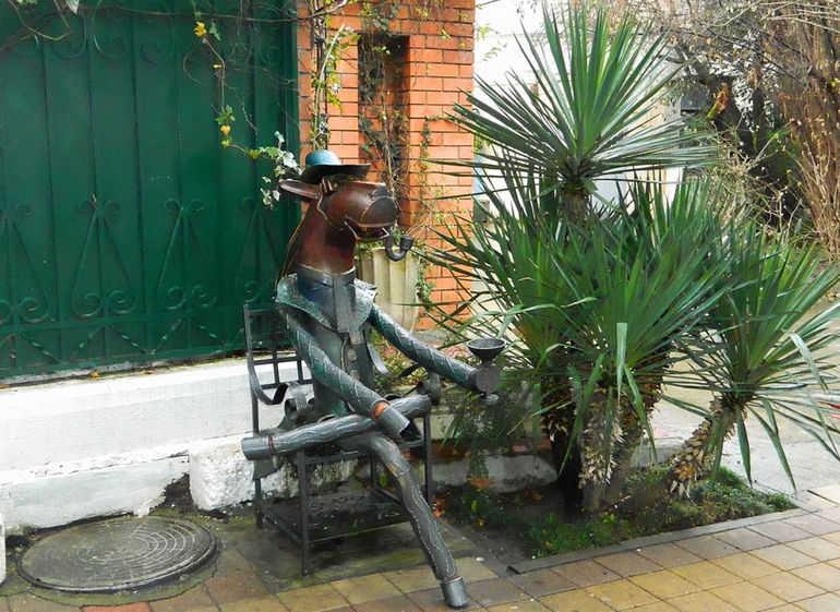 «Конь в пальто»: известный сочинский памятник (Россия)