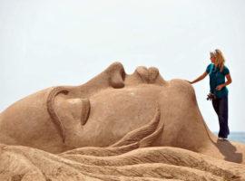 Одна из скульптур на фестивале песчаных скульптур в Анталии