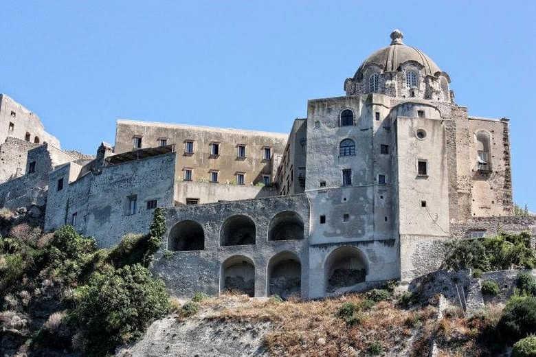 Арагонский замок Искья в Италии фото