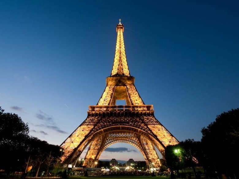 Эйфелева башня ночью фото