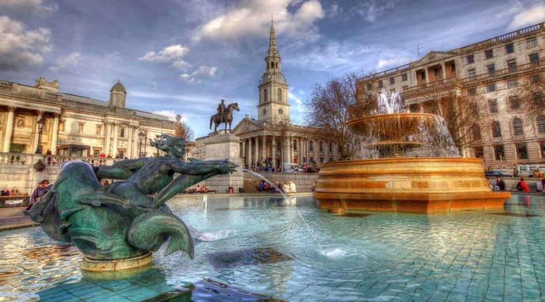 Фонтаны на Трафальгарской площади в Лондоне