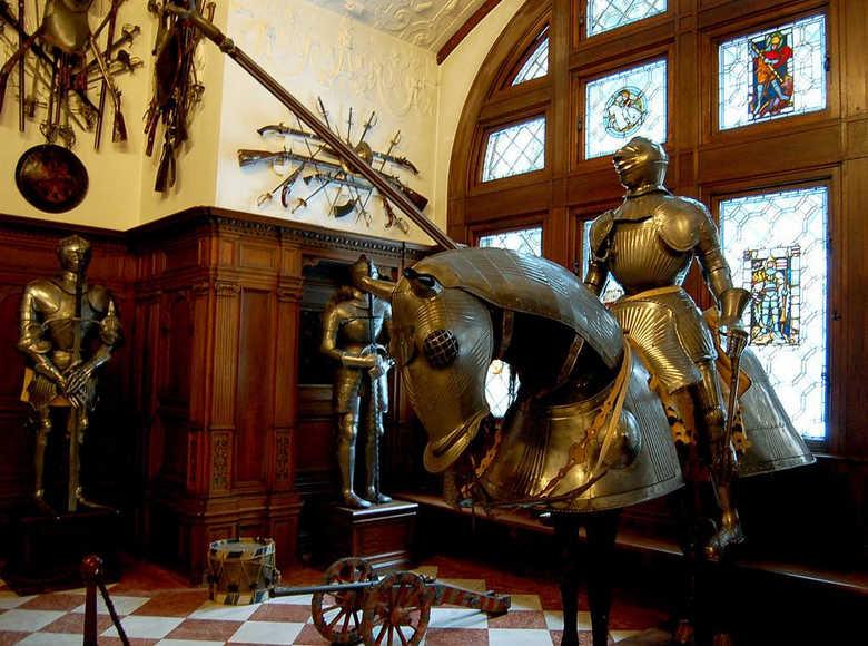 Замок Пелеш оружейная фото