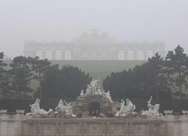 Фонтан и глориетта в парке дворца Шёнбрунн